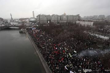 Banderas rojas del PCFR, otras organizaciones izquierdistas y de la URSS marcan el paisaje de la plaza Bolótnaya (Moscú) durante el mitin anti-fraude electoral del 10 de diciembre (2011).