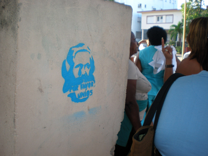 POR FAVOR, UNÌOS. Graffiti con imagen de Marx. Parada de la ruta 34, Línea y Paseo, Vedado (véanlo antes que lo pinten de rosa...)