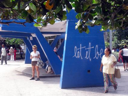 Lei it be. Grafitti en heladería Coppelia. La Habana. Foto: Isbel Díaz Torres
