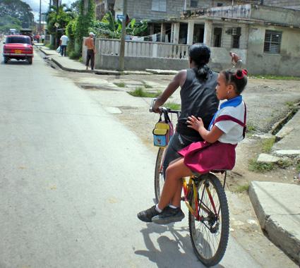 pionera en bicicleta foto isbel diaz torres
