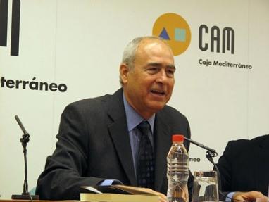 """Antonio Álvarez Gil al recibir en 2009 el Premio Vargas Llosa de Novela (Murcia, España) por su obra """"Perdido en Buenos Aires"""""""
