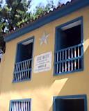 Vivienda museo de José Martí, con destaque de la placa y la estrella que referencian los colectivos e iniciativas populares que posibilitaron su rescate