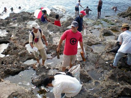 activistas-del-observatorio-critico-en-limpieza-del-malecon-la-habana-cuba-agosto-de-2012
